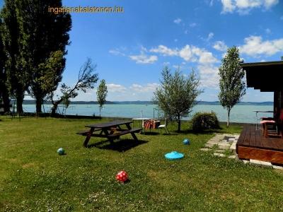 Ein Ferienhaus am Ufer mit großem Garten ist in Zamárdi für 8 – 12 Personen zu  vermieten.