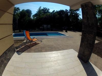 Balatonszemesen a strandtól 100 méterre  medencés luxusapartmanok kiadó max. 4+2 fő részére Fsz. 3. jelű apartman