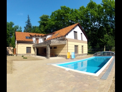 In Balatonszemes, 100 meters away from the beach a luxury apartment with a pool is for rent for 5  people in the Fsz. 3 apartment