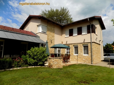 In the Hullám Holiday Resort a 3 bedroom luxury villa with a Jacuzzi is for rent for max 6+2 people